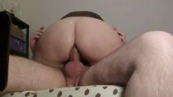 Je le chevauche et il éjacule dans mon cul