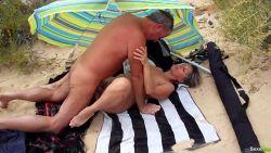 Un voyeur se tape sa femme dans les dunes