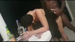 Une mature se fait baiser par un Haïtien en vacances