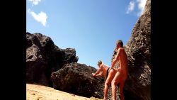 Baise sur la plage naturiste derrière les rochers