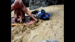 En levrette sur une plage en plein confinement