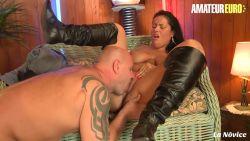 Belle grosse femme latina se met à nue dans un rendez-vous romantique